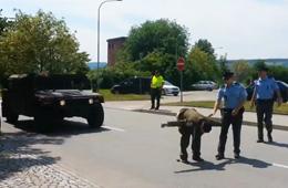 捷克男子当街脱裤阻挡美国军车通过