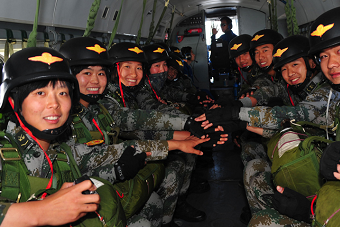 38军伞降训练男兵女兵一起跳