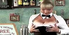萝莉说趣事 :大胸妹纸调酒整蛊客人