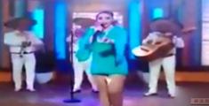 萝莉说趣事 :女歌手表演时卫生巾尴尬掉落