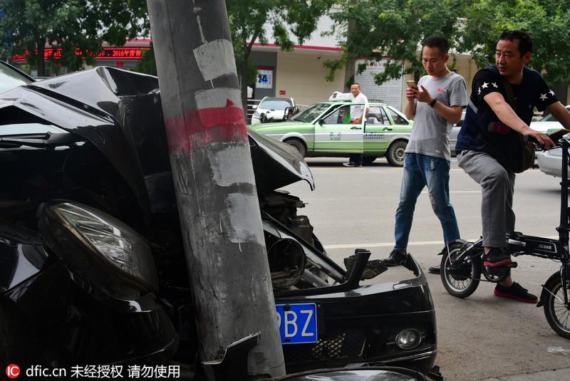 女司机与家人争吵情绪失控 开奔驰车撞电线杆