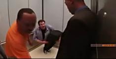 萝莉说趣事 :史上最坏魔术师电梯内玩腰斩吓傻路人