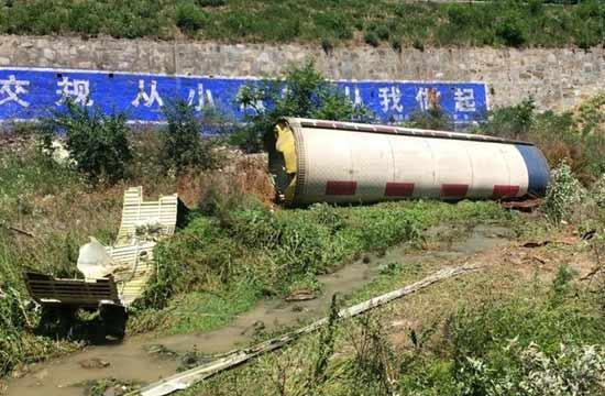 巨大火箭残骸坠落高速公路旁