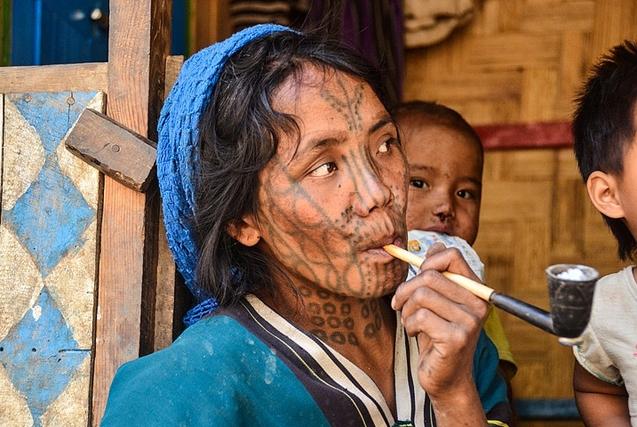 缅甸部落风俗:女性脸部刺青标志成年