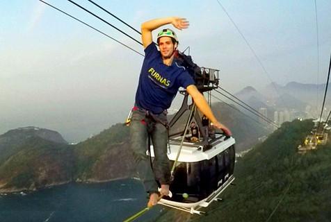 男子巴西250米高缆车索道惊险走绳