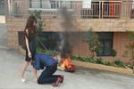女大学生怒烧LV包