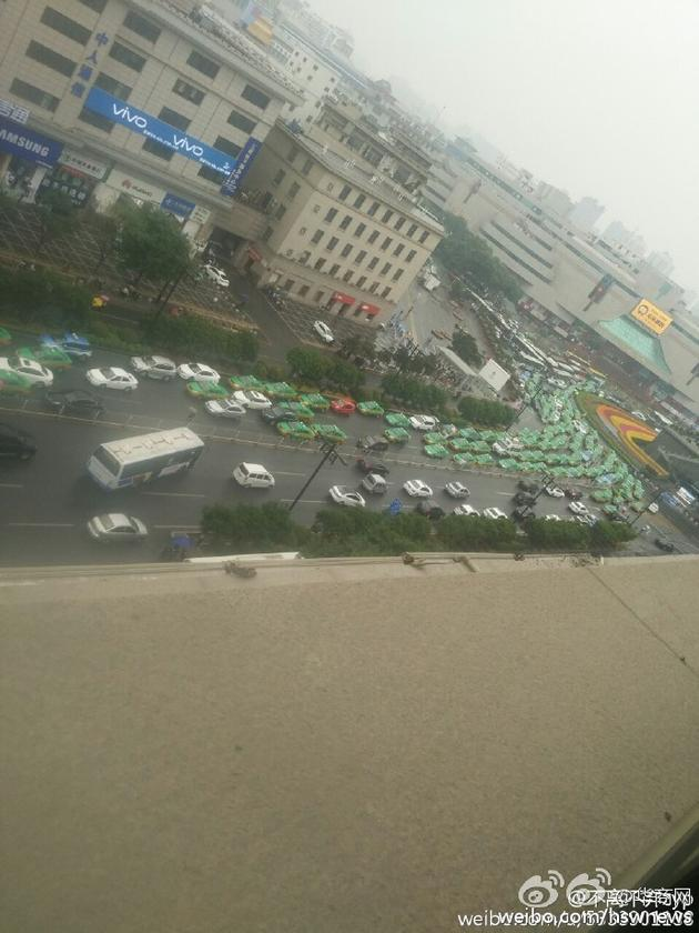 西安数十辆出租车聚集 道路被堵(组图)