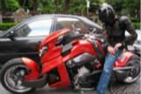 周杰伦高调穿盔甲骑摩托出街