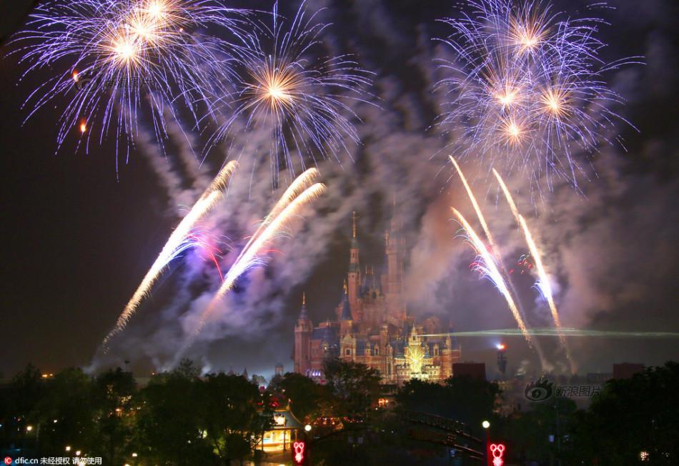 上海迪士尼迎儿童节 城堡五光十色
