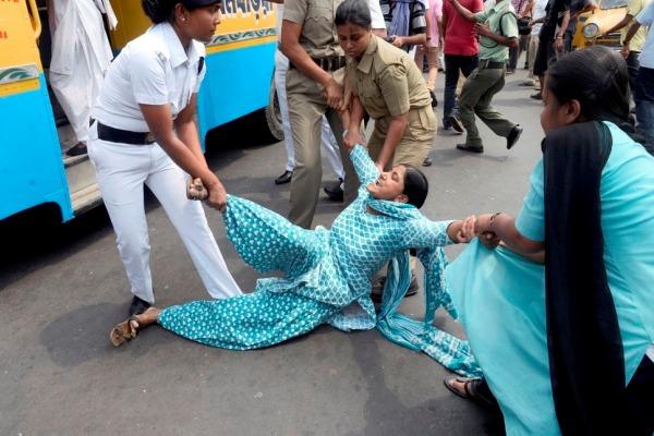 25岁少女惨被五人轮奸 印度妇女街头愤怒抗议