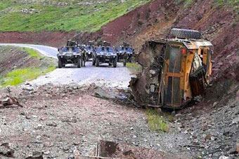 土耳其防雷车遭1吨炸药伏击 直接炸飞