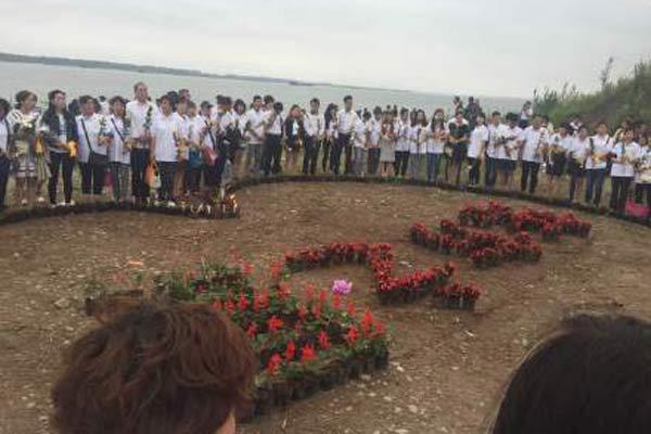 东方之星沉没一周年 遇难者家属前往江边祭奠