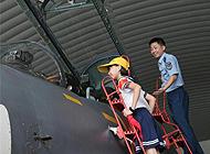 萌娃军营过六一:爬梯看战机