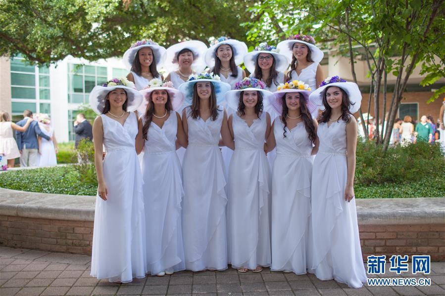 5月31日,在美国得克萨斯州达拉斯,毕业生在校园中合影,礼帽上是自己用