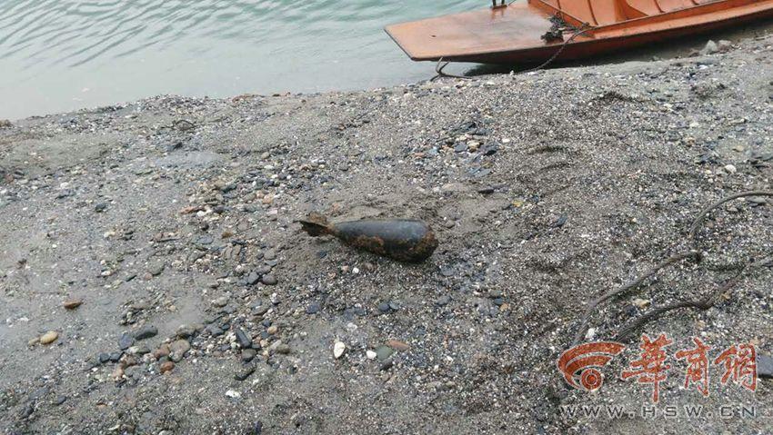 汉江河道挖出航空炸弹 剥掉表面锈蚀弹体仍然完好