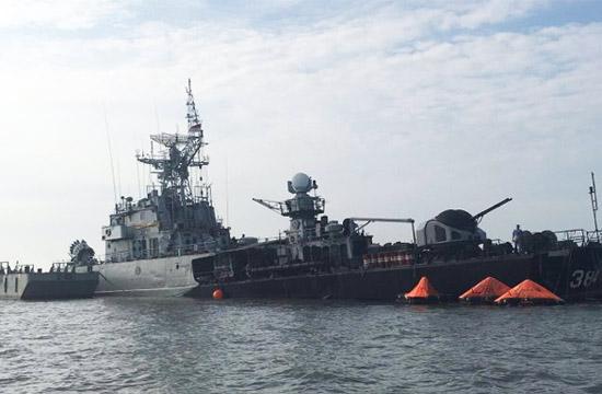 印尼护卫舰发生触礁半沉于水中