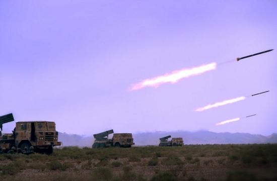 解放军演习雨中打火箭炮