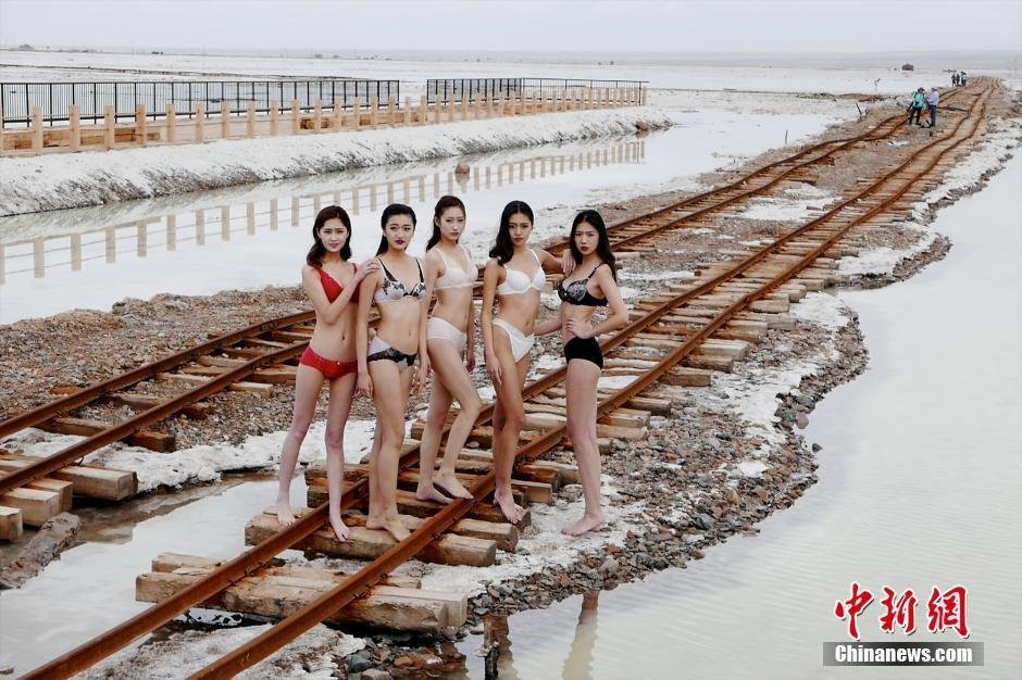 """内衣超模青海茶卡盐湖拍大片 美丽""""冻人"""""""