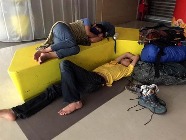桃园机场机电力尚未全供 旅客班机延误倒睡机场