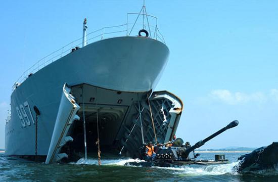 海军陆战队两栖装甲驰骋大海