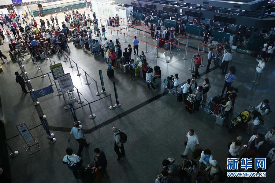 莱芜论坛:   6月2日,台湾桃园机场第二航站楼大厅因暴雨袭击而停电。当日,受暴雨天气影响,台湾桃园机场部分设施和附近道路严重积水,旅客出行受到影响。 新华社发