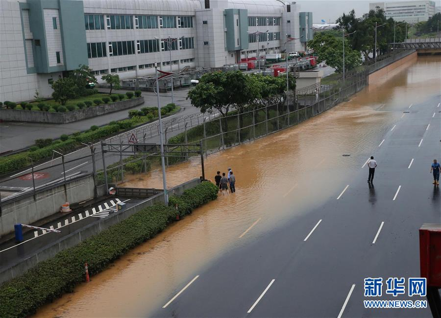 莱芜论坛:   6月2日,台湾桃园机场附近道路积水严重。当日,受暴雨天气影响,台湾桃园机场部分设施和附近道路严重积水,旅客出行受到影响。 新华社发