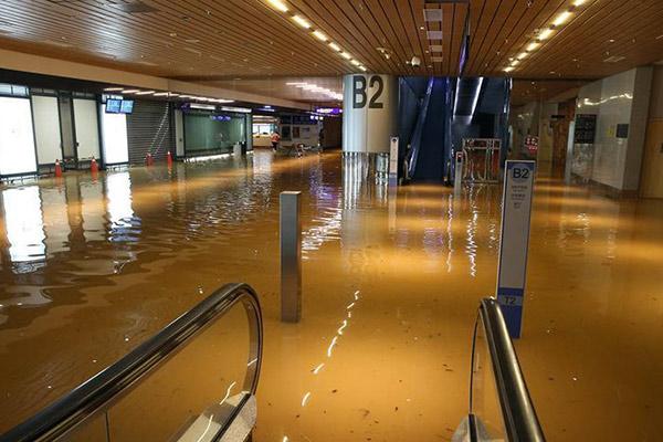 台湾桃园机场淹水 数万旅客出行受影响