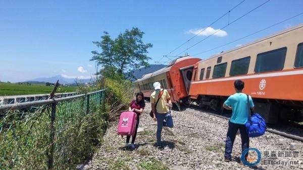 台湾铁路事故:6节车厢出轨 疑因天气太热