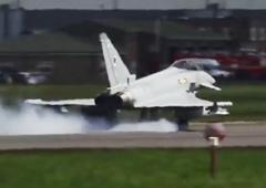 惊险!台风战机刚要离地机轮双双爆胎