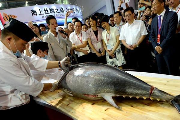 """重200斤蓝鳍金枪鱼亮相福州""""渔博会"""""""