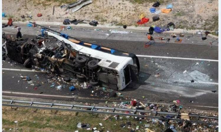 交通事故死亡起�y.i_西班牙发生重大交通事故 致2人死亡50多人受伤