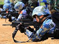海军陆战队女兵试用泰军枪械