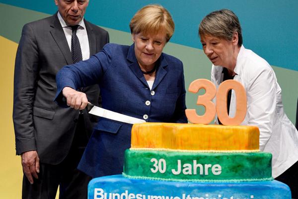 德国总理默克尔切蛋糕庆祝环境部成立30周年