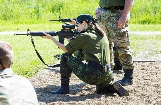 丹麦太子妃全副武装参加军事演习