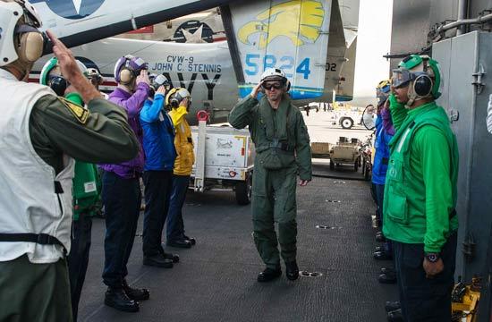 美海军最高官员乘机飞掠南海