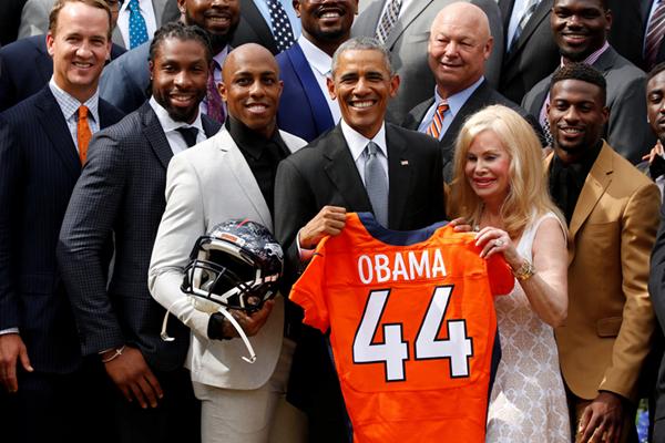 奥巴马在白宫会见超级碗冠军队 获赠44号球衣