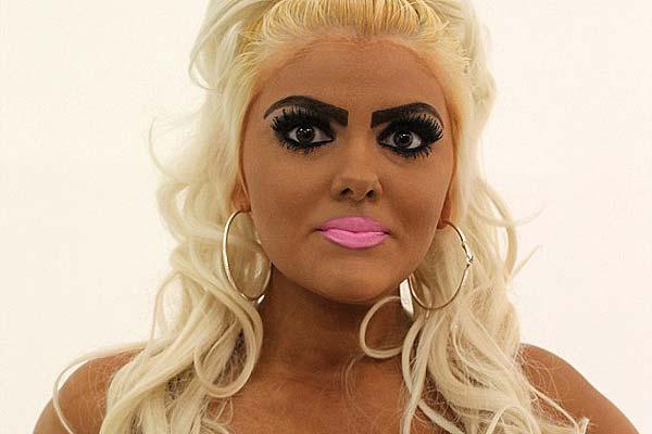 英女子疯狂迷恋芭比形象 每个月漂白一次头发