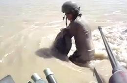门没关好 美军装甲车过河时开始下沉