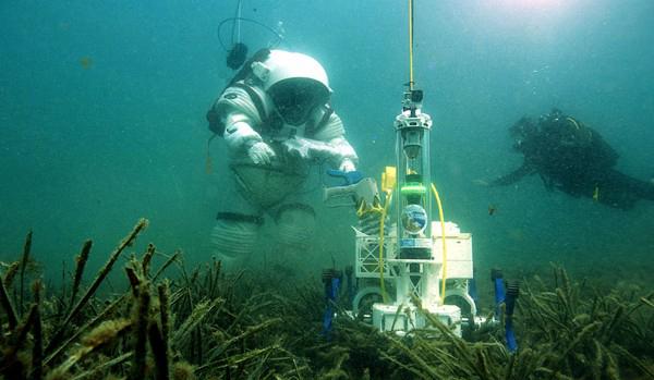 """""""宇航员""""水下测试机器人车辆 模拟外星环境"""