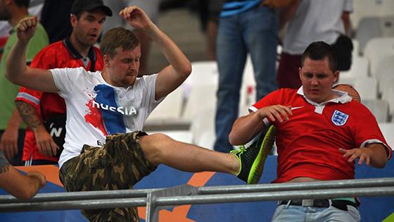 战斗民族太彪悍!俄球迷满场暴打英格兰球迷