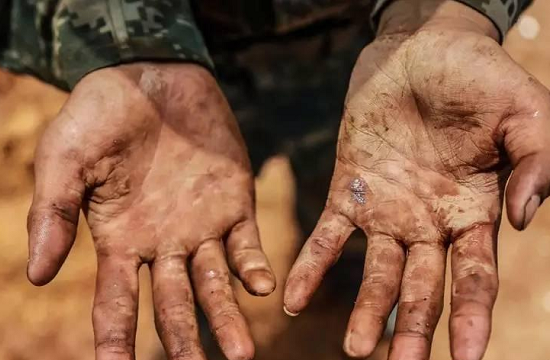 """看看""""95后""""野战军战士的手"""