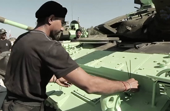 坦克大赛印度士兵给坦克上香