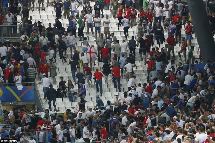 欧洲杯球场大混乱:俄球迷看台追打英球迷