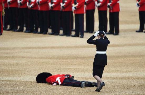 """英国女王90大寿被""""扑街""""士兵抢镜"""