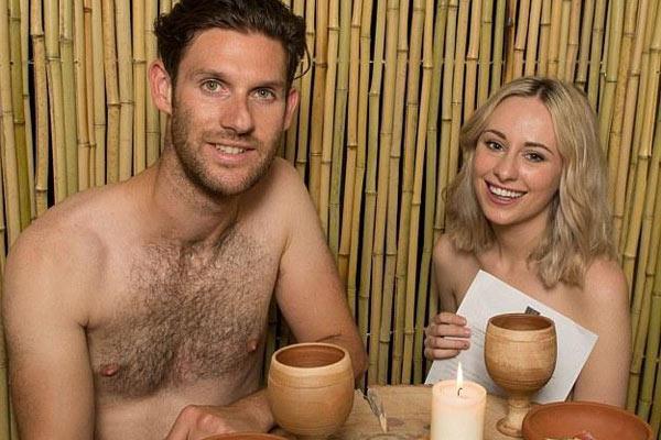 伦敦裸体餐厅开业 4.6万人排号体验