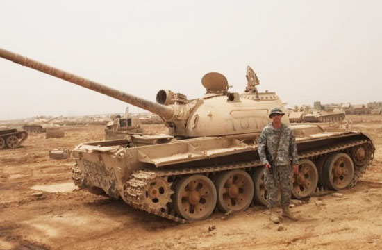 美国大兵在69式坦克残骸前涂鸦
