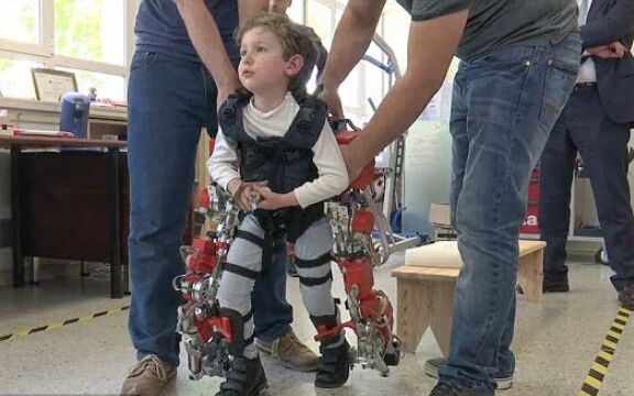 西班牙肌肉萎缩男童穿机械骨骼 初尝步行滋味