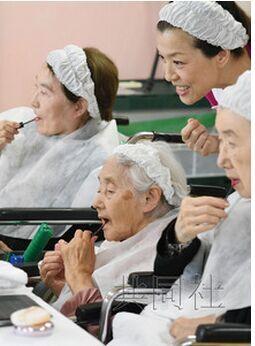 """日本流行""""化妆疗法"""" 老人给自己化妆可防病情恶化"""