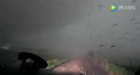 特制装甲车冲入龙卷风:内部景象震撼
