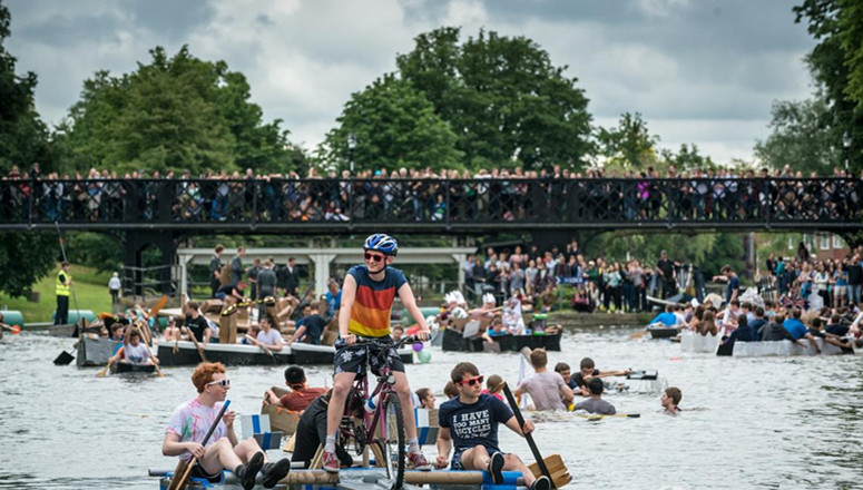 """英国剑桥学霸划纸船比赛 """"人仰马翻""""庆祝假期"""